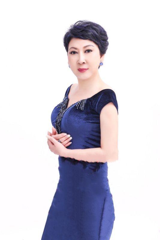 穿着蓝色裙子的女人  描述已自动生成