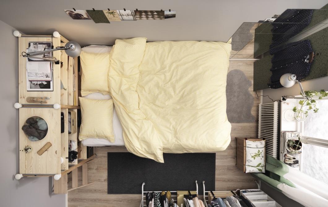 小型双人卧室中放着一张平台式床和很多储物件