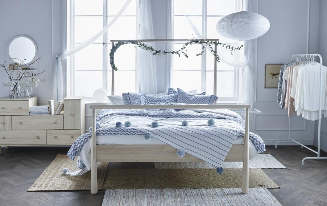 照片:色调明亮柔和的卧室。