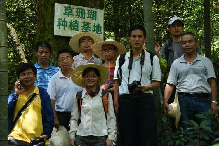 一群人站在一起合影  描述已自动生成