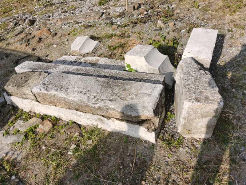 石头堆旁  描述已自动生成