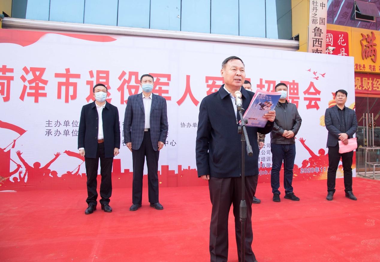 一群穿着西装的男人站在地毯上  描述已自动生成