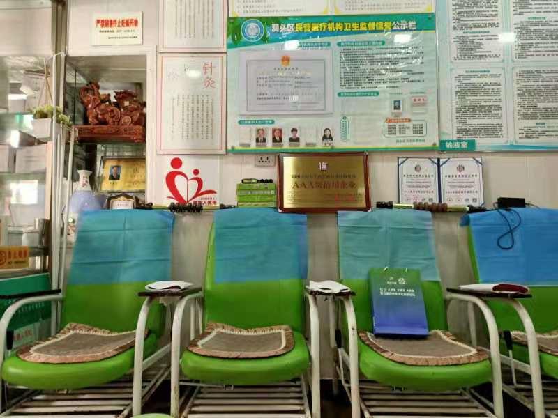 许多绿色的椅子  描述已自动生成
