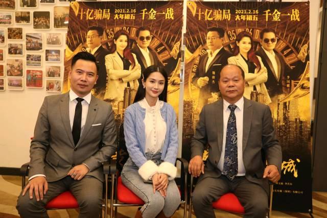 导演、主演等接受记者采访。