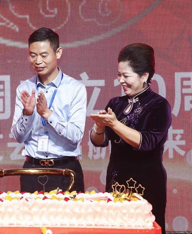 男人和女人在切蛋糕  描述已自动生成