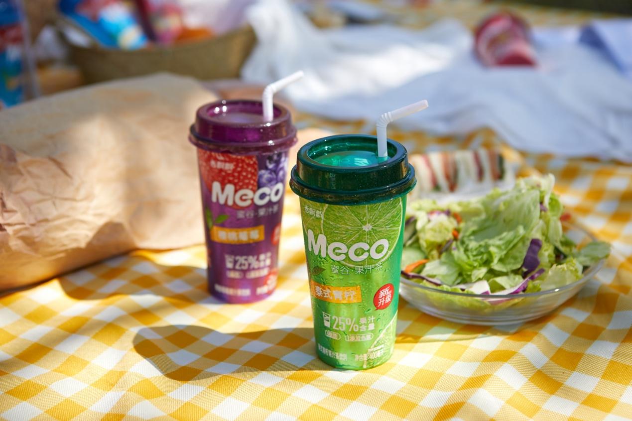 桌子上的食物和饮料  描述已自动生成