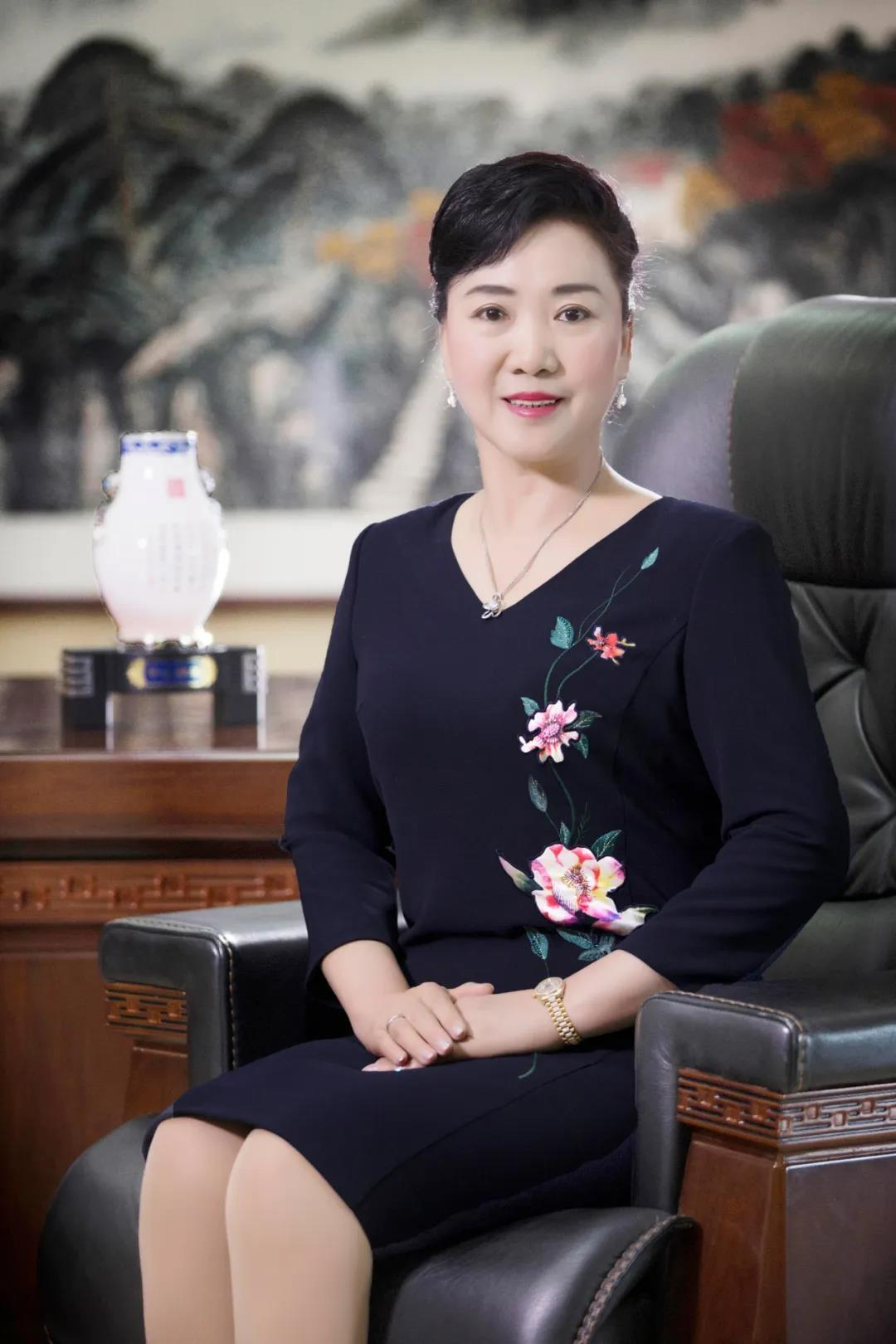 """广纳集团创始人王彩荣获内蒙古自治区""""五好家庭""""荣誉称号"""