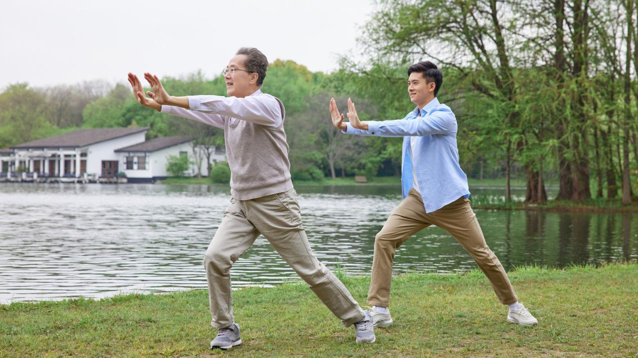 摄图网_501753509_banner_中年父子公园湖边打太极拳(非企业商用)