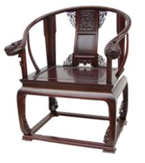 桌子上放着椅子  中度可信度描述已自动生成