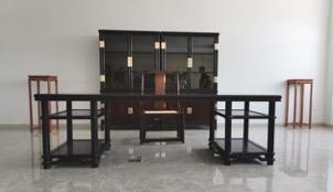 房间里有桌子和椅子  中度可信度描述已自动生成