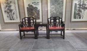 房间里有桌子和椅子  描述已自动生成