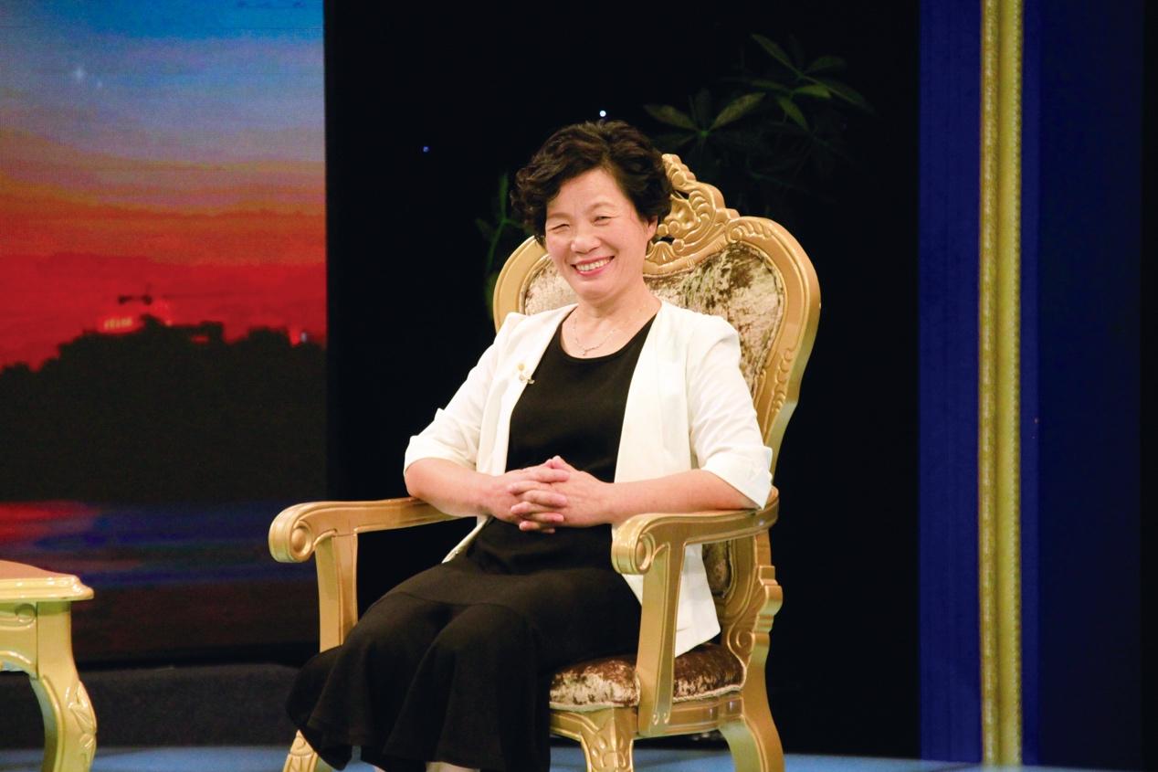 女人坐在椅子上  描述已自动生成