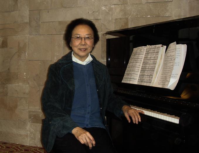 图片包含 人, 室内, 男人, 钢琴  描述已自动生成