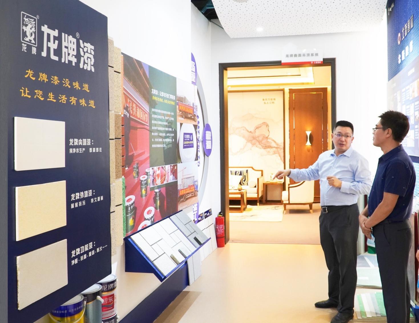 8、天安门地区管委会副主任柴海泉、基建处处长杨莹参观北新建材未来建筑馆