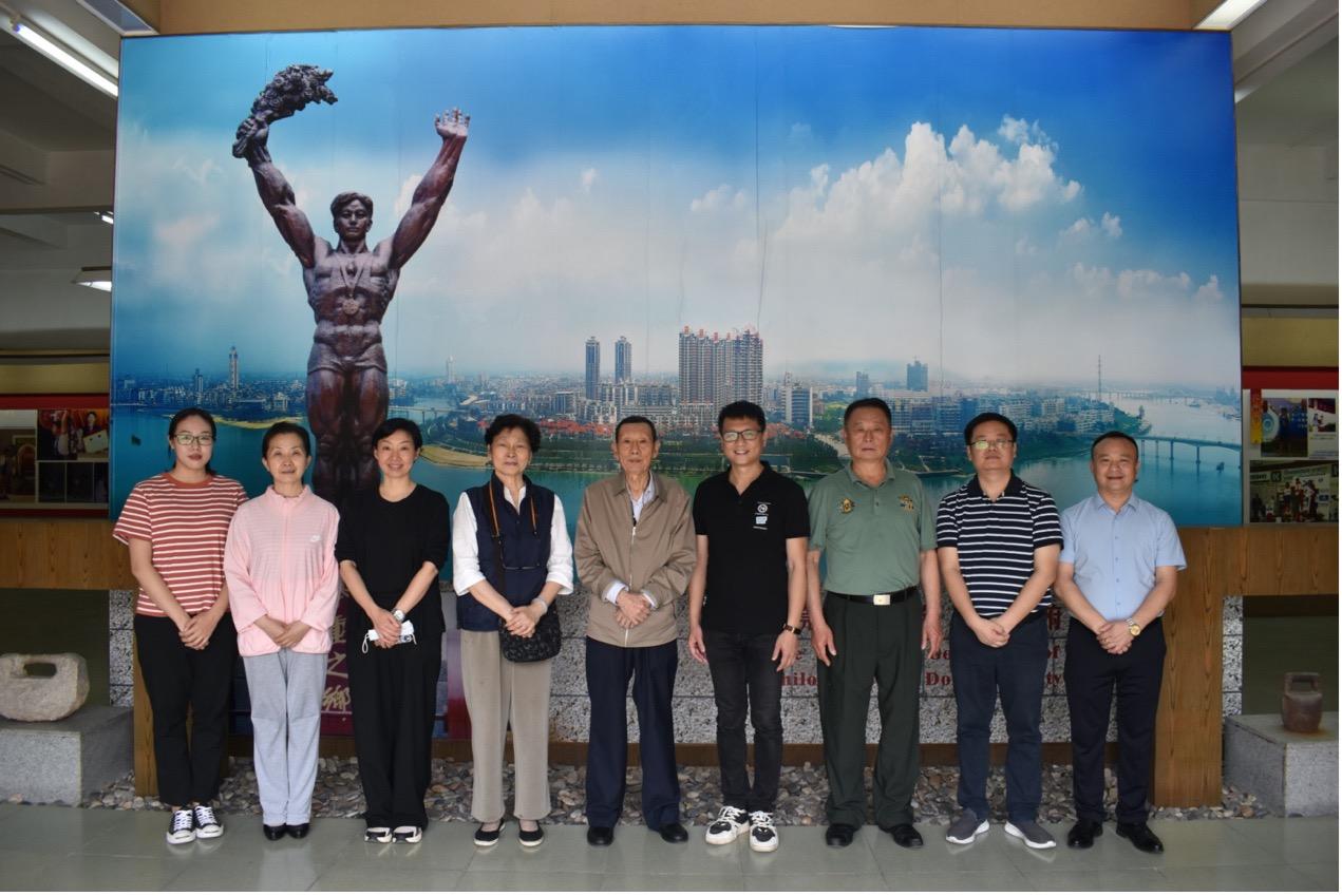 一群人站在壁报板前  描述已自动生成