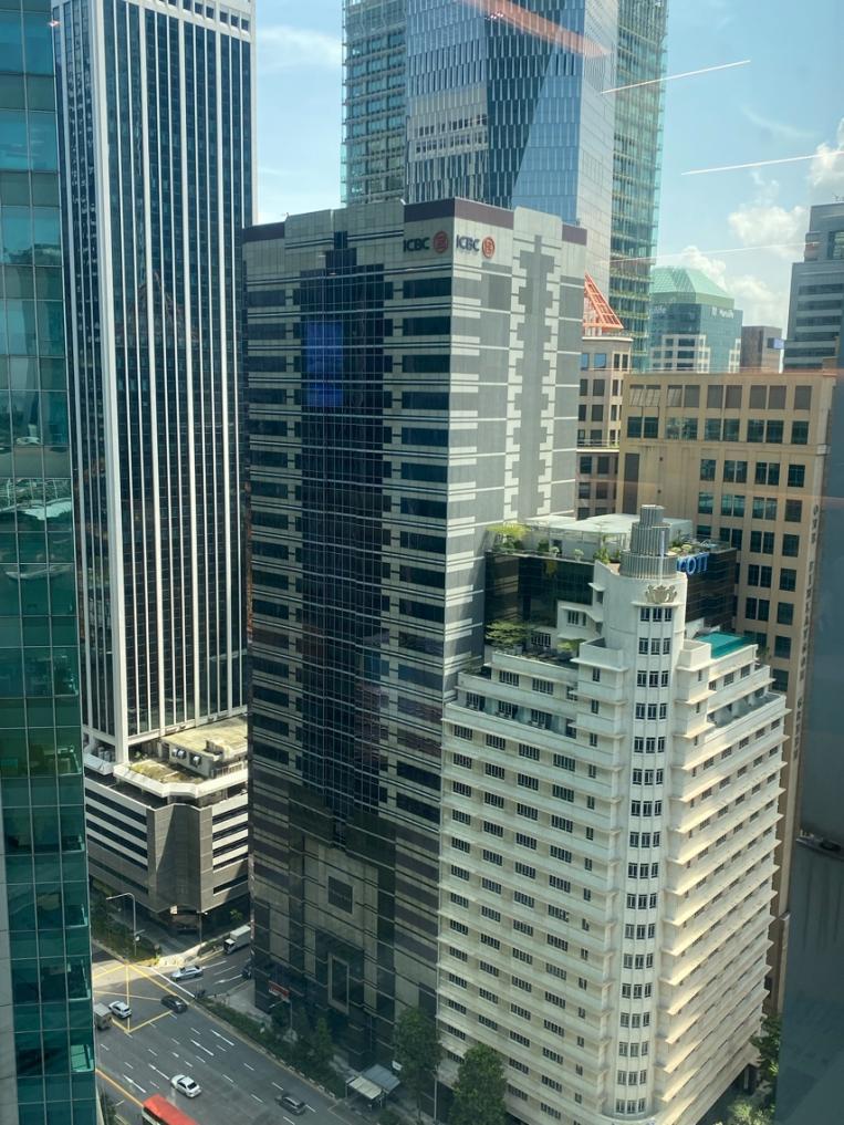 建筑的高楼大厦  中度可信度描述已自动生成