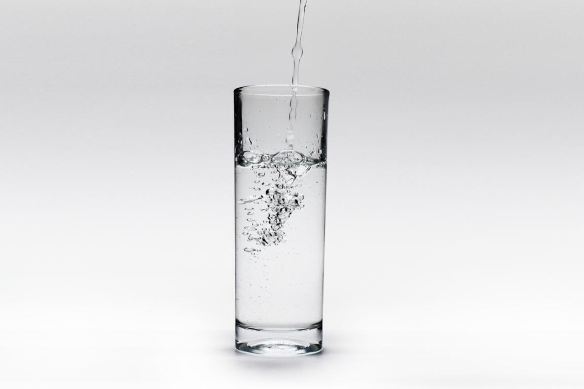 摄图网_500733305_倒一杯水产生了水泡和气泡(非企业商用)