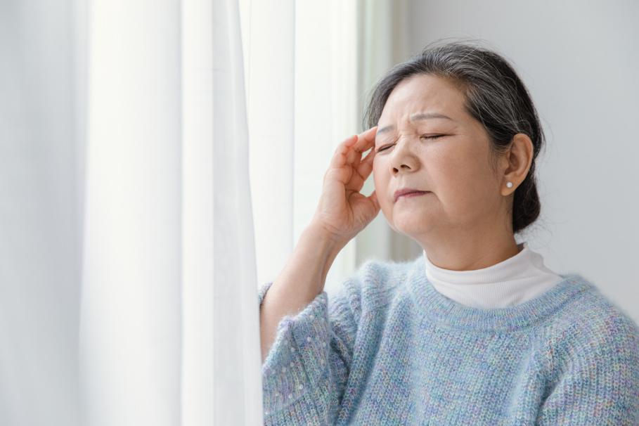 摄图网_501534101_banner_靠在窗边头疼的女人(非企业商用)