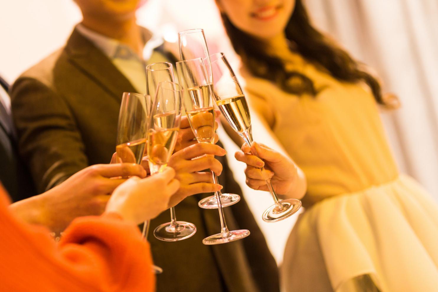 摄图网_500758544_banner_年轻男女聚会喝酒碰杯(非企业商用)