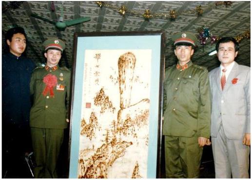 1985年张雄舰向中国人民解放军英模报告团献画《举世无双》,被永久收藏于北京中央军事博物馆