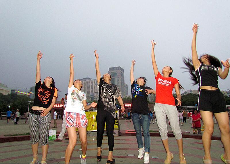 承德中华飞伞狂欢夜,美女们一起把中华飞伞激情地抛向高空