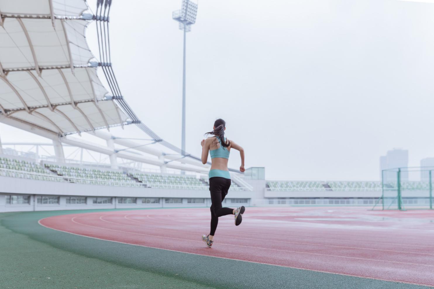 摄图网_500290298_banner_青春活动女性操场跑步(非企业商用)