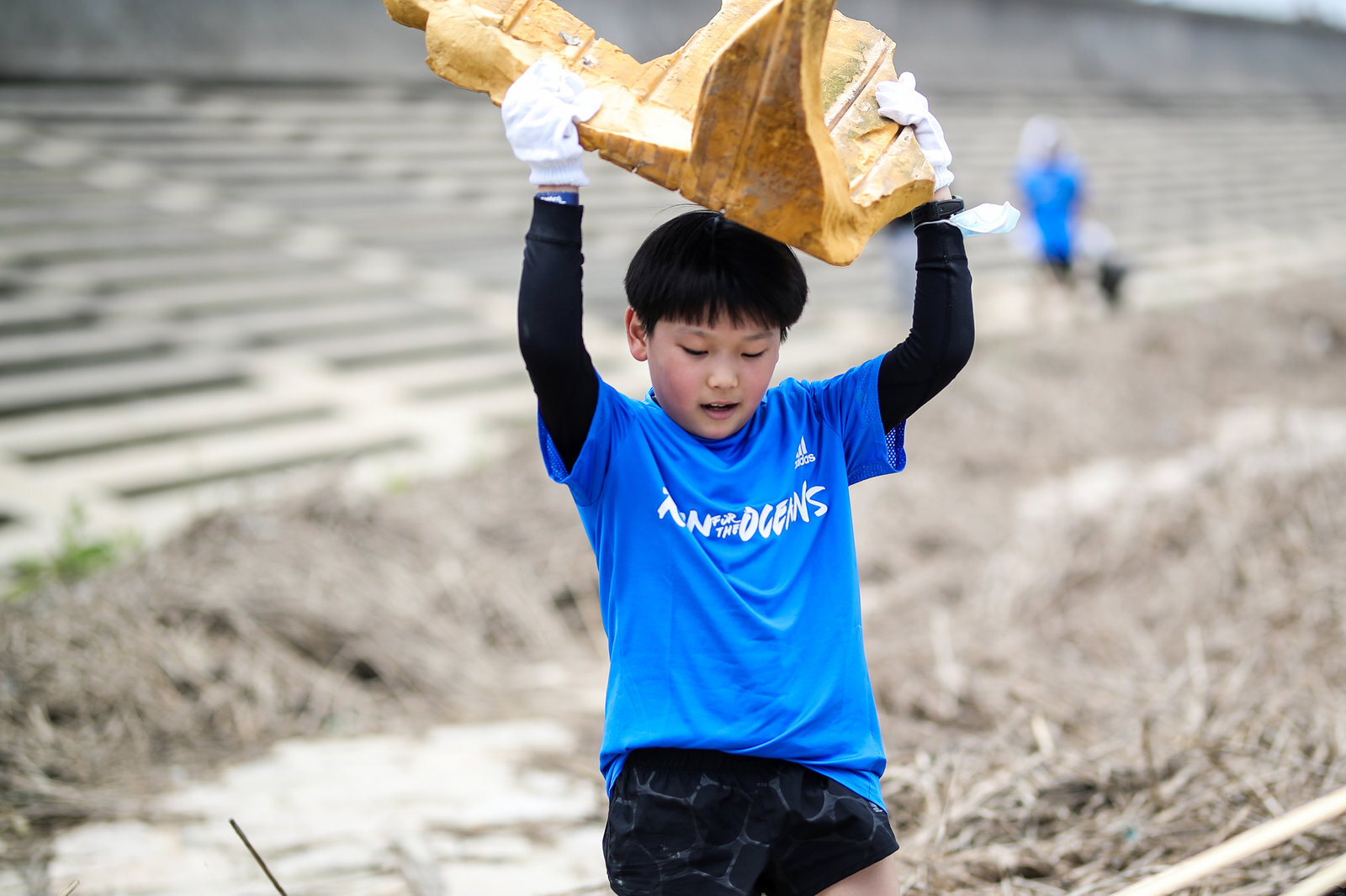 穿着蓝色运动服的小孩  描述已自动生成