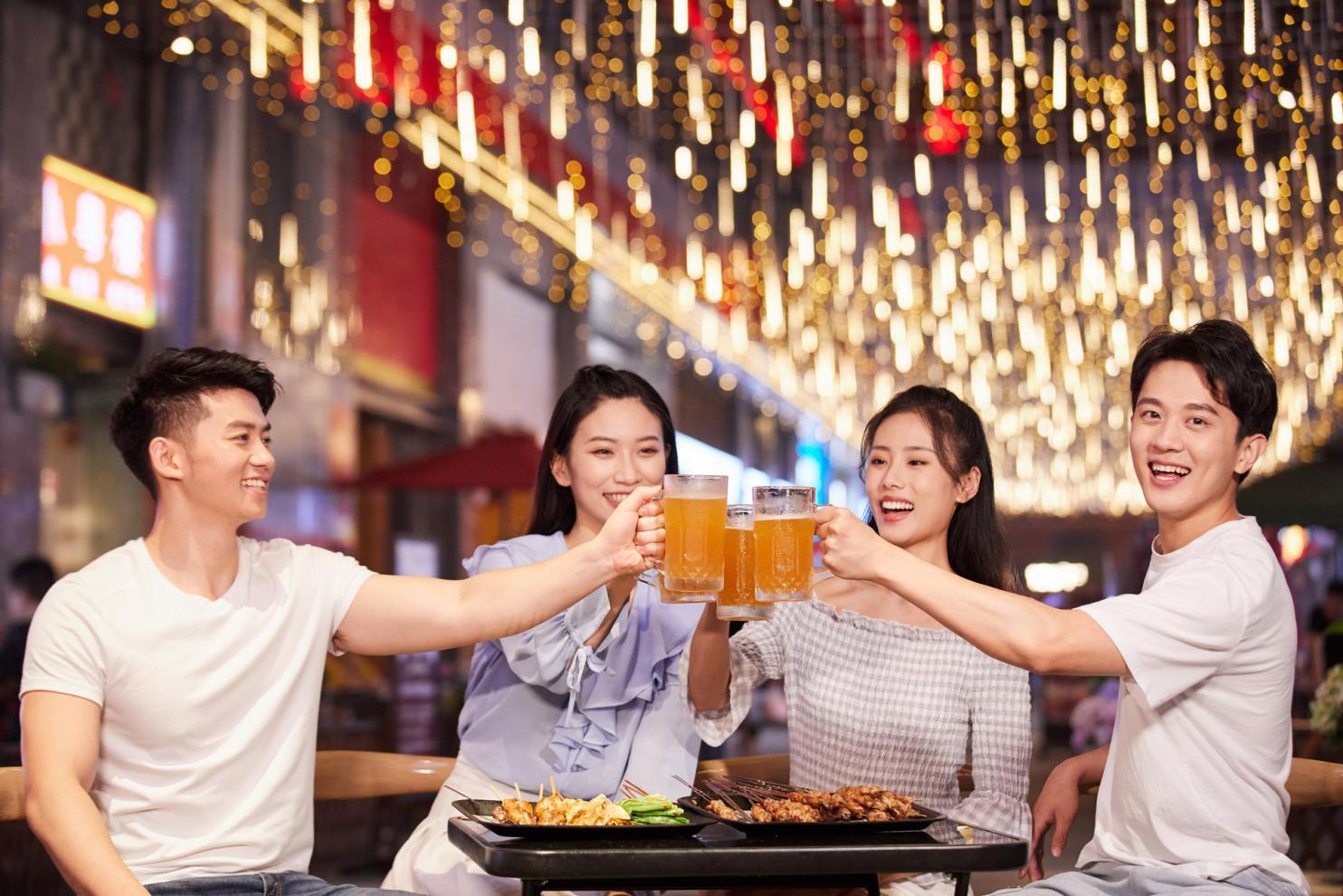 摄图网_501635951_banner_青年朋友聚会吃烧烤喝啤酒(非企业商用)