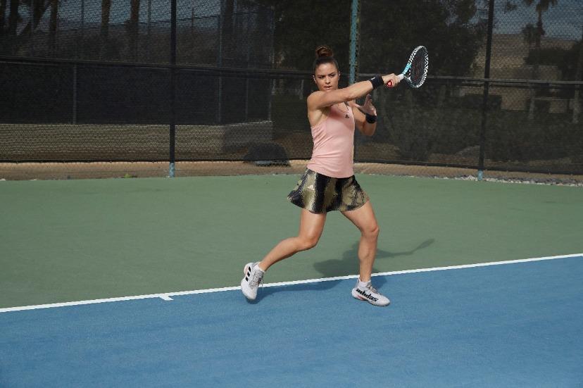 打网球的女人  描述已自动生成