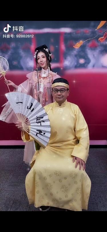 """晒丫携手星爷御用黄金配角黄一山,抖音首秀""""一山有礼""""给新老粉丝送福利"""