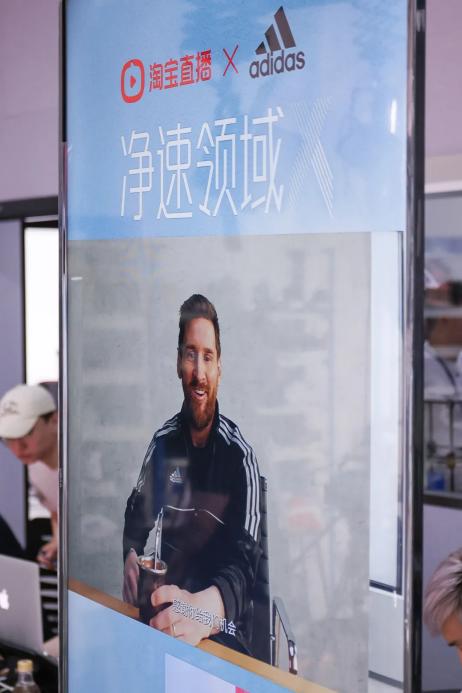 商店的玻璃窗上有贴海报  描述已自动生成