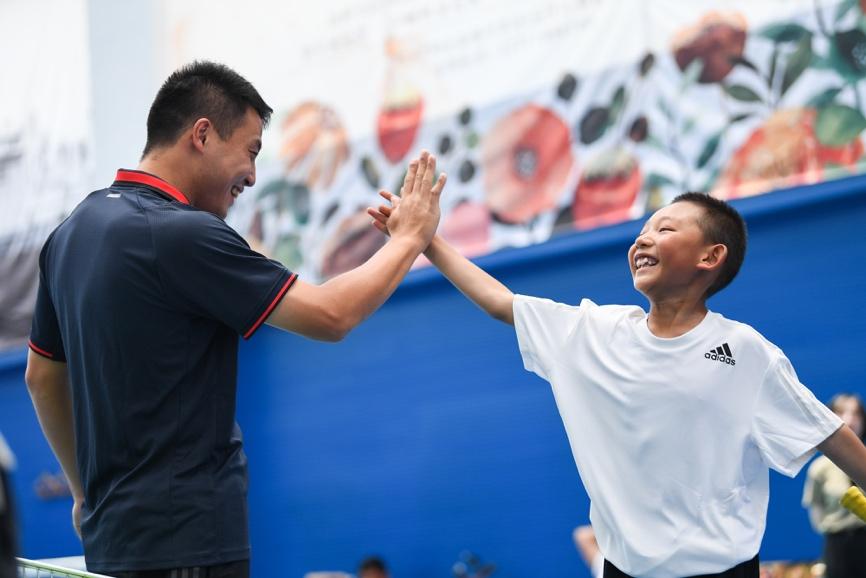 一張含有 個人, 網球, 運動, 體育競賽 的圖片  自動產生的描述