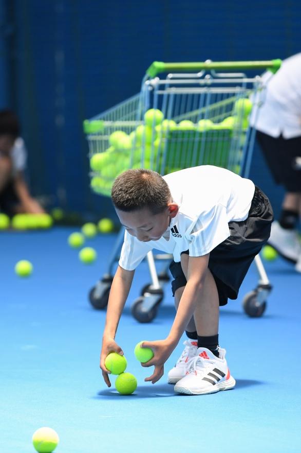一張含有 網球, 球, 個人, 擊中 的圖片  自動產生的描述