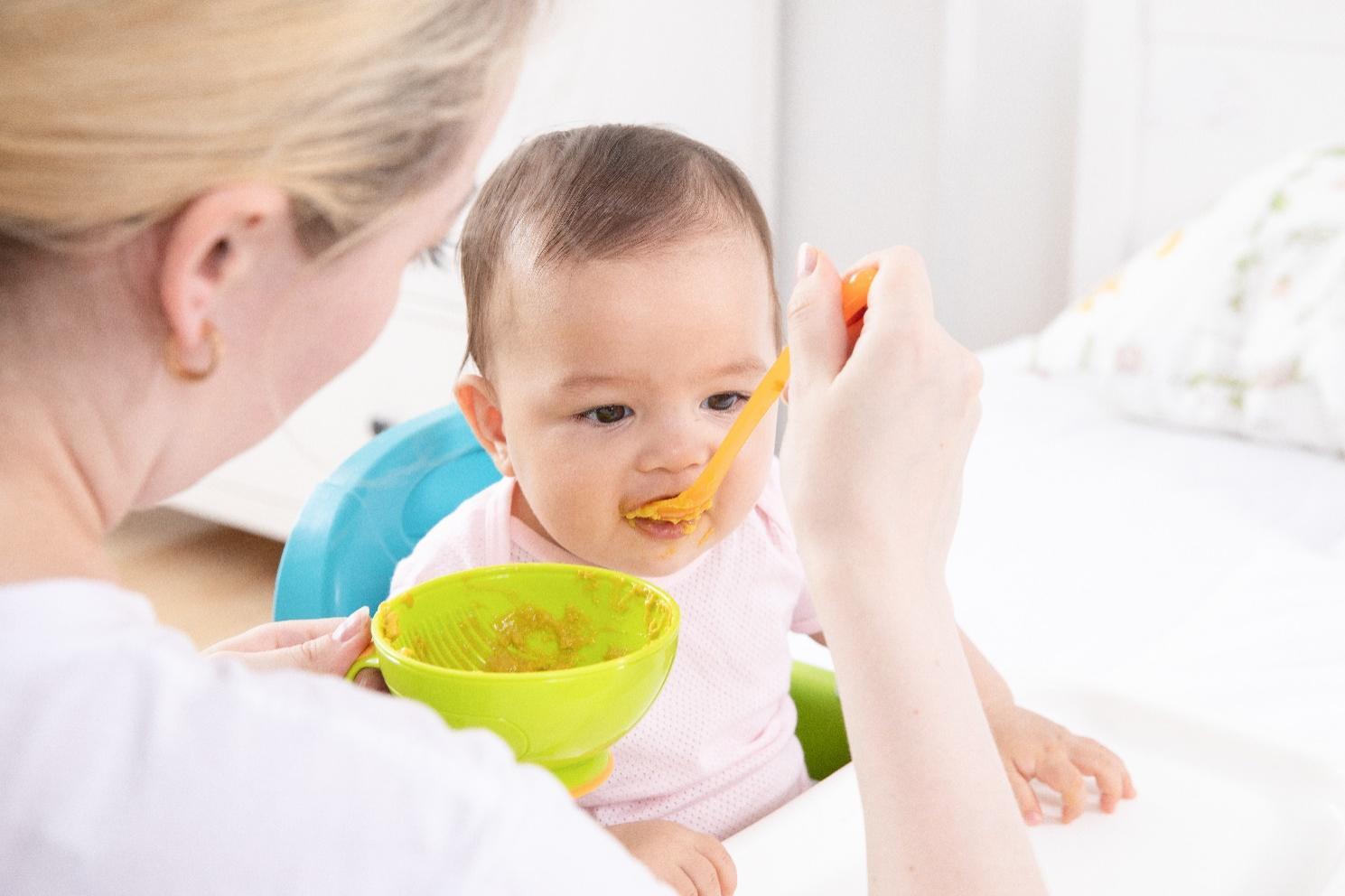 小孩在吃东西  描述已自动生成