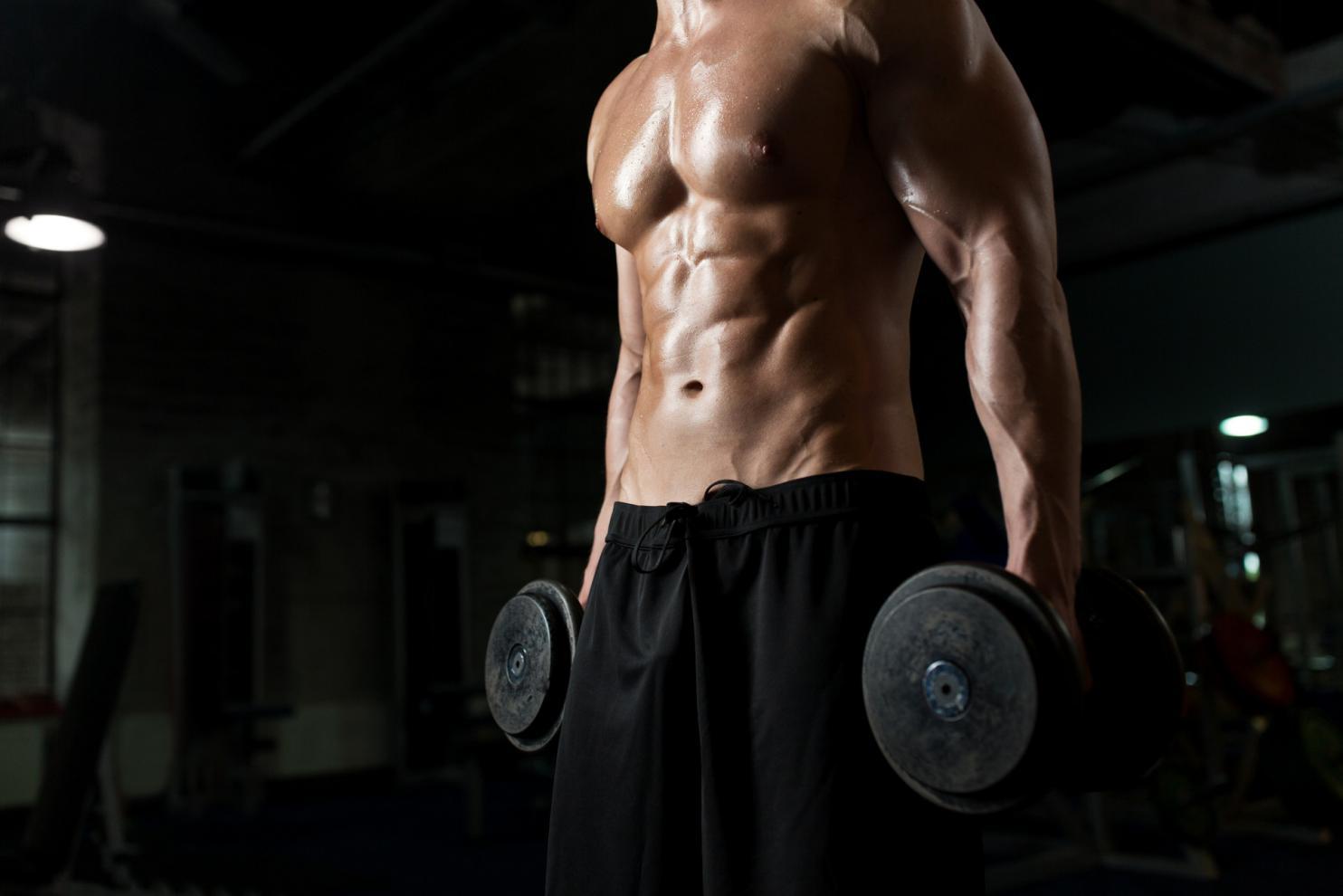 摄图网_300420904_banner_拿着哑铃锻炼的肌肉男(非企业商用)