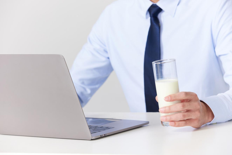 摄图网_501718318_banner_喝牛奶的商务男性(非企业商用)