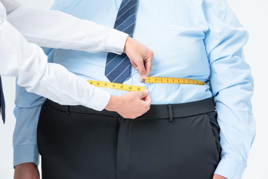 摄图网_501413774_肥胖商务男性量腰围(非企业商用)
