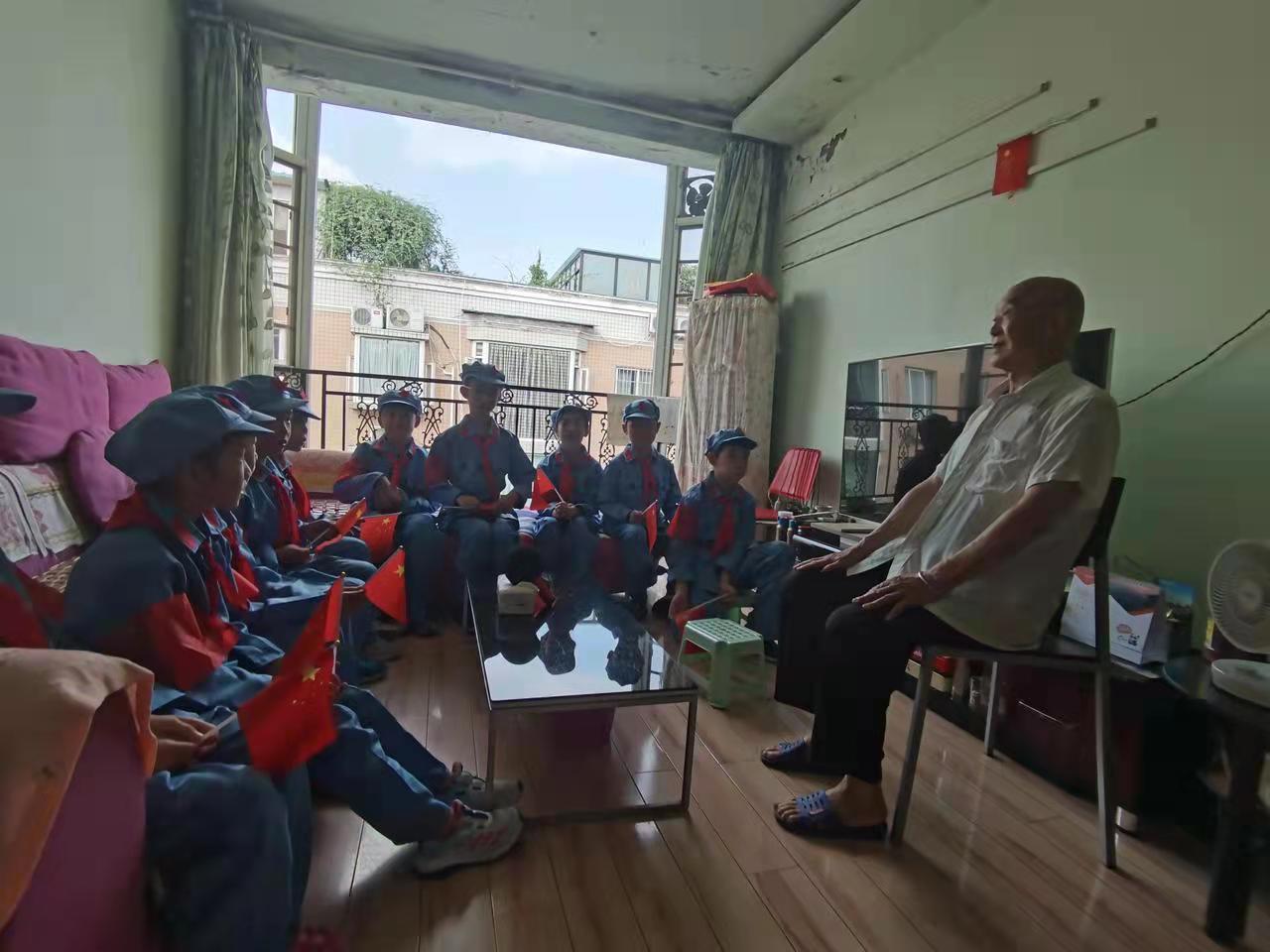 天府新区华阳实验小学三年级五班同学们走进曾爷爷家里听老英雄讲故事